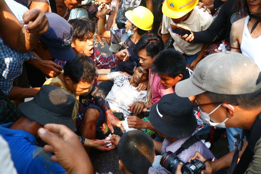 Người biểu tình chống đảo chính tại Rangoon, Miến Điện, bị thương vì đạn của cảnh sát, ngày 14/03/2021.