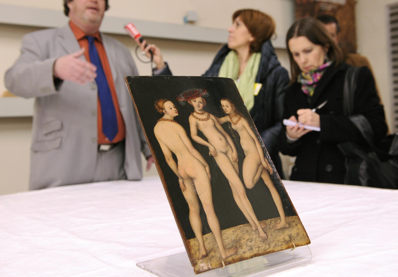 "Картина ""Три грации"" Лукаса Кранаха Старшего представлена на пресс-конференции в Лувре 17 декабря 2010"
