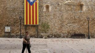 Une femme passe devant un drapeau indépendatiste catalan dans un village espagnol, le 8 septembre 2017.