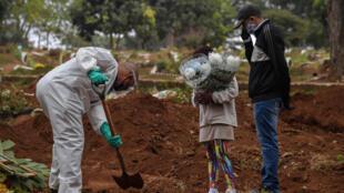 (Archivo) Entierro de una víctima de coronavirus en Vila Formosa, en las afueras de Sao Paulo, en Brasil, el 20 de mayo de 2020