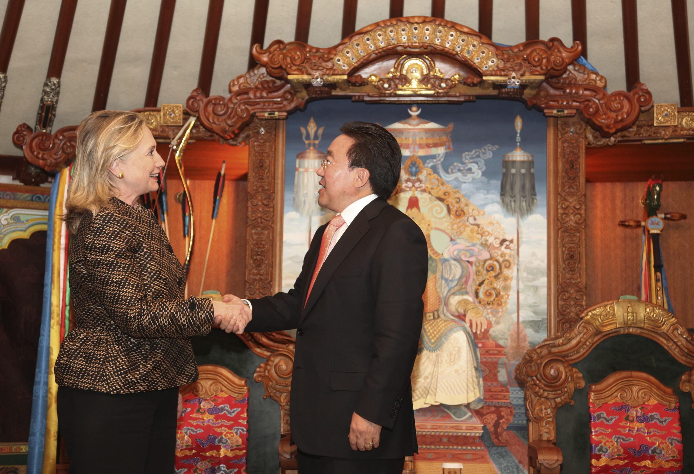Tổng thống Mông Cổ Tsakhia Elbegdorj (P) tiếp Ngoại trưởng Mỹ Hillary Clinton tại Ulan Bator, 09/07/2012