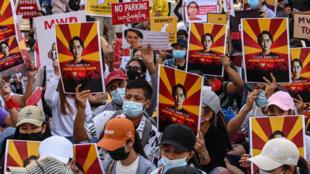 À Rangoun le 12 février, manifestation pour protester contre le coup d'État des généraux.