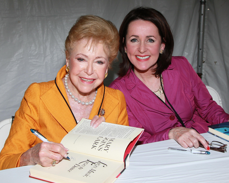 """Mary Higgins Clark y su hija Carol Higgins Clark en la feria del libro """"Los AngelesTimes Festival of Books"""", el 1 de mayo, 2011, Los Angeles, California."""