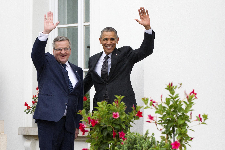 O presidente polonês Bronislaw Komorowski (esq.) e o presidente americano Barack Obama, em frente ao Palácio Belveder, em Varsóvia, neste 3 de junho de 2014.