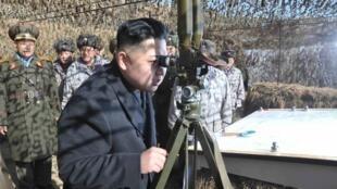 Rais wa Korea Kaskazini Kim Jong-un akikagua kikosi cha wanajeshi  kisini magharibi mwa nchi.