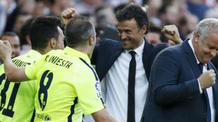 Luis Enrique (c.), l'entraîneur du FC Barcelone fête la victoire avec son équipe, lors du match contre le Real Madrid, le 17 mai 2015.