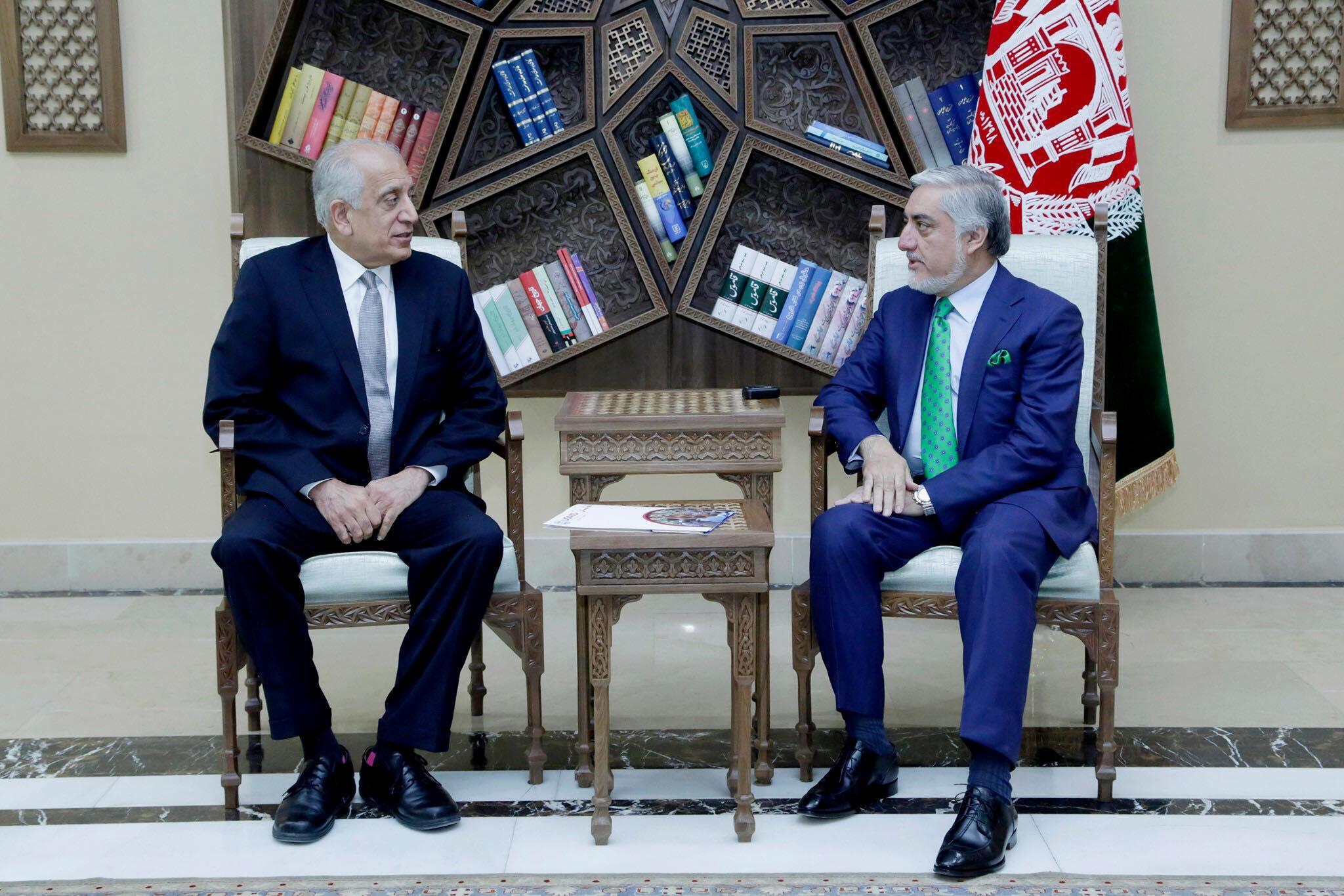 L'émissaire américain Zalmay Khalilzad (à gauche) a rencontré le chef de l'exécutif afghan Abdullah Abdullah à Kaboul, le 2 septembre 2019.