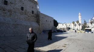 Les autorités palestiniennes ont décrété jeudi l'état d'urgence sanitaire de 30 jours, l'interdiction pendant deux semaines des séjours de touristes en Cisjordanie et la fermeture de la basilique de la Nativité à Bethléem.