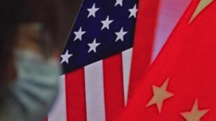Ảnh minh họa: Cờ Mỹ (T) và cờ Trung Quốc