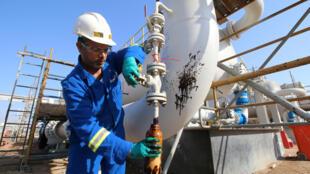 伊拉克一油田工人资料图片