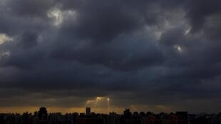 上海黑云压顶 气象台发布台风警报2012年8月3日