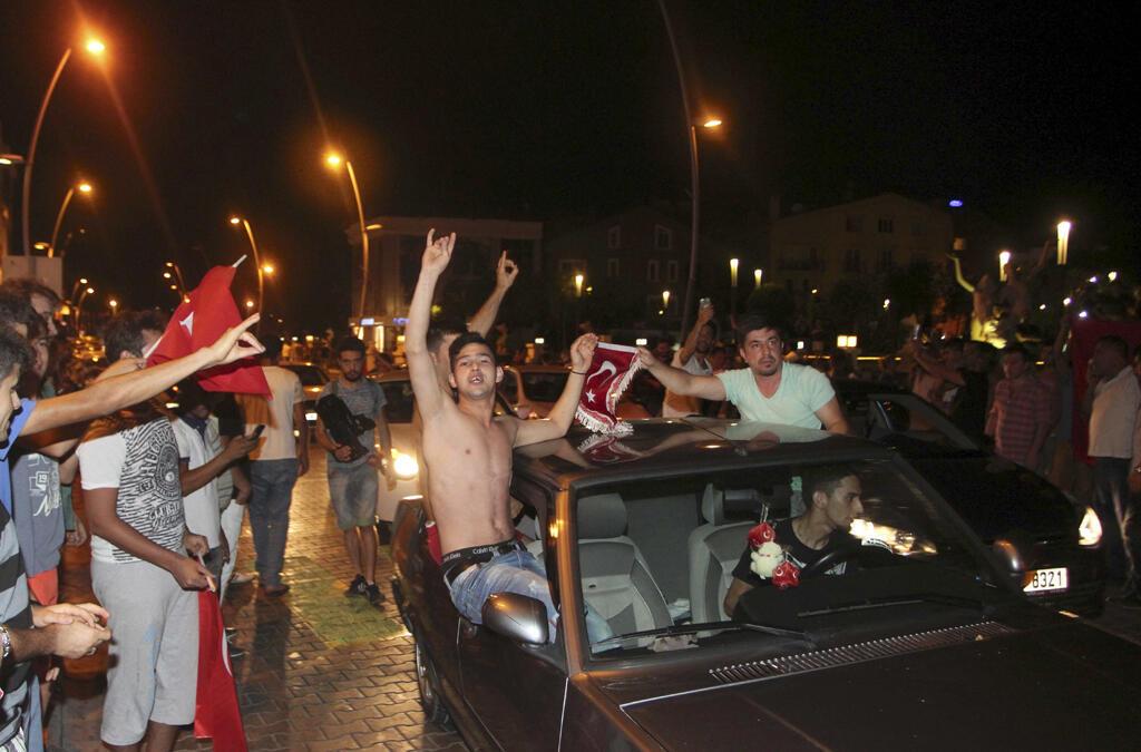Les partisans du président turc Tayyip Erdogan célèbrent la fin du coup d'état à la station balnéaire de Marmaris le 16 Juillet  2016.
