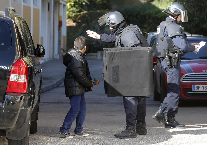Les forces de police ont sécurisé le quartier de la Castellane, à Marseille, après que des tirs d'armes automatiques ont été entendus lundi 9 février 2015.