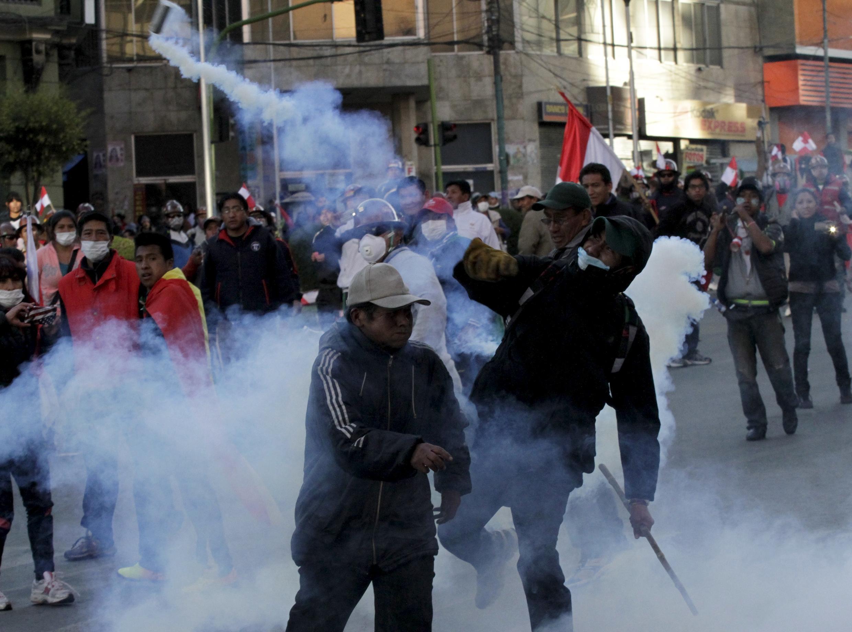 Polícia e grevistas se enfrentam em Potosí, no sul da Bolívia.
