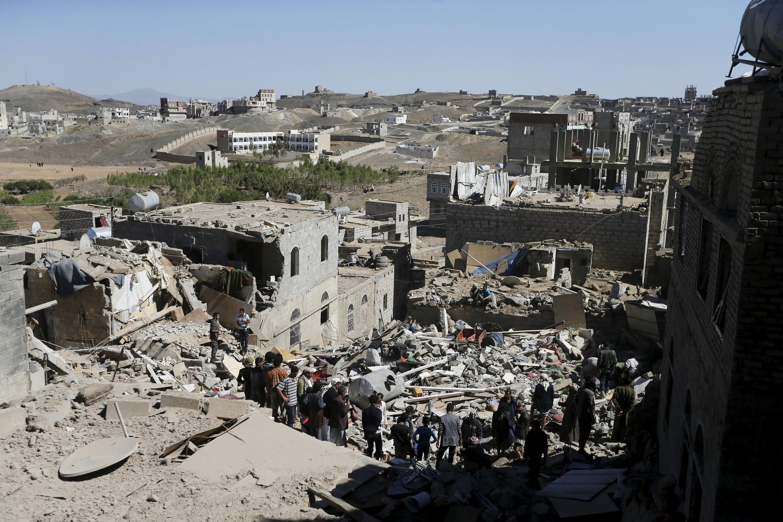 Cảnh tượng tan hoang sau trận không kích của liên quân do Ả Rập Xê Út dẫn đầu tại Sanaa ngày 01/05/2015.