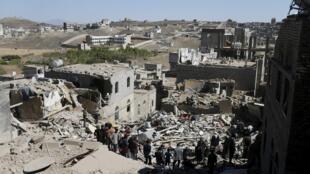 Cảnh tượng tan hoang sau trận không kích của liên quân do Ả Rập Xê Út dẫn đầu tại Sanaa, thủ đô Yemen, ngày 01/05/2015.