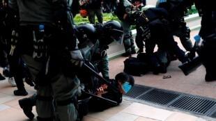 Cảnh sát chống bạo động Hồng Kông trấn áp người biểu tình quận Thâm Thủy Bộ. Ảnh ngày 05/01/2020.