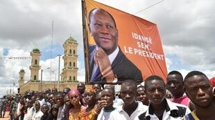 SUpporters of President Alassane Ouattara await his arrival in Daloa, Côte d'Ivoire, 27 September 2015.