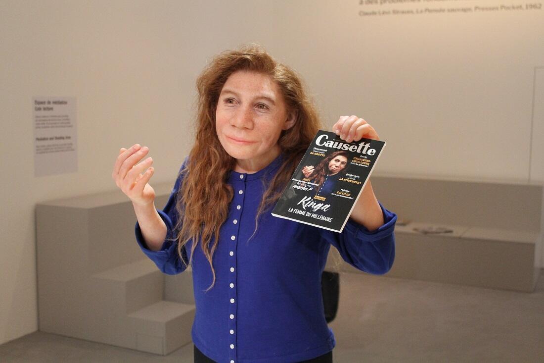 Reconstituée par la paléo-artiste Elisabeth Daynès et habillée par agnès b., Kinga la femme de Néandertal remise au goût du jour.