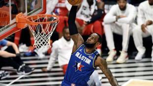 LeBron James s'apprête à dunker, lors du 69th NBA All-Star Game, qui oppose la Team LeBron à la Team Giannis, le 17 février 2020 à Chicago