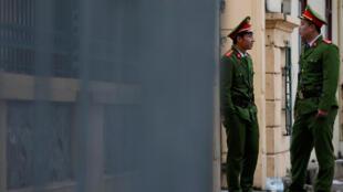 Des policiers vietnamiens montent la garde devant le tribunal de Hanoï, au Vietnam, le 9 janvier 2018 (image d'illustration).