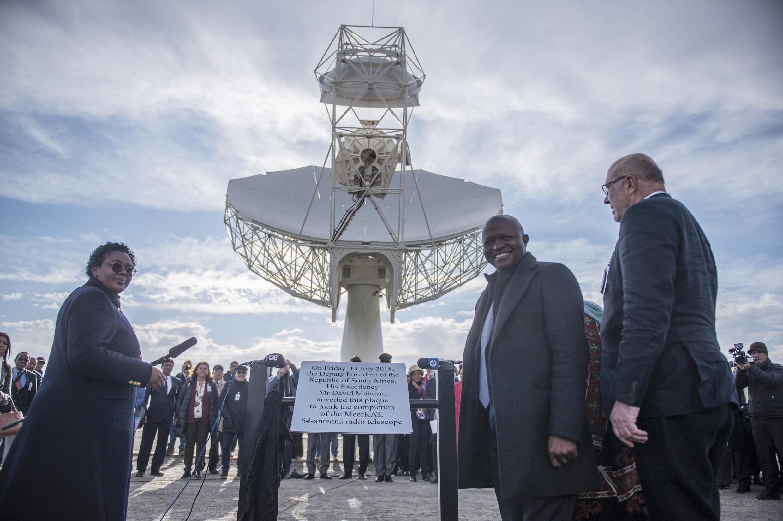 Le vice-président sud-africain David Mabuza (2e R) inaugure officiellement un système de radiotélescope à 64 antennes lors d'une cérémonie officielle de dévoilement le 13 juillet 2018 à Carnarvon (Afrique du Sud).