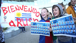 Llegada de la selección uruguaya al aeropuerto internacional de Strigino, Nizhny Novgorod, en Rusia, este 10 de junio de 2018. Los aficionados saludan a los jugadores.