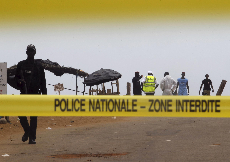 Au lendemain, de l'attaque qui a frappé la station balnéaire de Grand-Bassam, les enquêteurs poursuivent leurs investigations sur les lieux du drame, le 14 mars 2016.