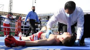 El estadounidense Thomas LaManna recive atención médica tras ser noqueado por el cubano Erislandy Lara.