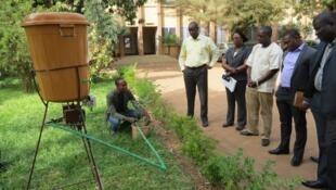 Serge Auguste Zaongo, chercheur burkinabé de 28 ans, avec « Saaga », son système d'irrigation intelligent et connecté.