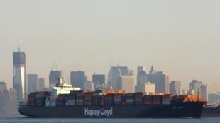 档案照片,摄于2012 年 2 月 4 日,一艘德国航运公司赫伯罗特拥有的货船正在穿过纽约港。