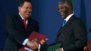 El presidente sudafricano Thabo Mbeki (der.) y  Hugo Chávez (izq.) firmaron una serie de acuerdos en Pretoria, el 2 de septiembre de 2008. Fue la primera visita del presidente venezolano a Sudáfrica. (foto de archivos)