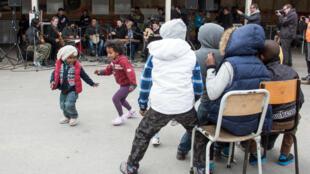 Crianças refugiadas em um centro de acolhimento de Calais, no norte da França.
