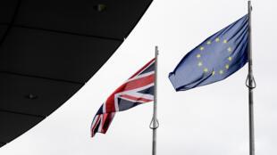 Le drapeau de l'Union européenne près du drapeau britannique, devant le City Hall, à Londres, le 22 juin 2016.