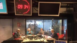 Les invités de l'émission en studio à RFI.
