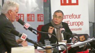 Michel Barnier (G) interviewé par Daniel Desesquelle (C).