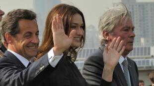 O presidente francês Nicolas Sarkozy, sua esposa Carla Bruni e o ator Alain Delon no pavilhão francês na Exposição de Xangai.