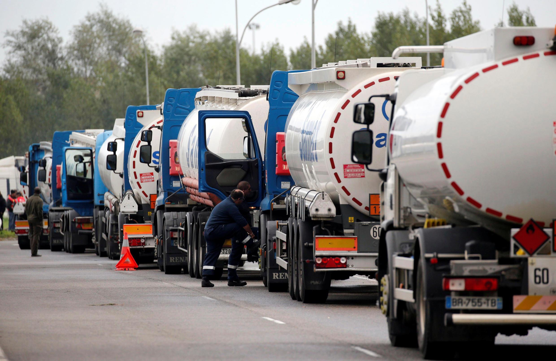 Дальнобойщики перекрыли проезд к нефтехранилищу в Бассенсе, протестуя против трудовой реформы, 25 сентября 2015.