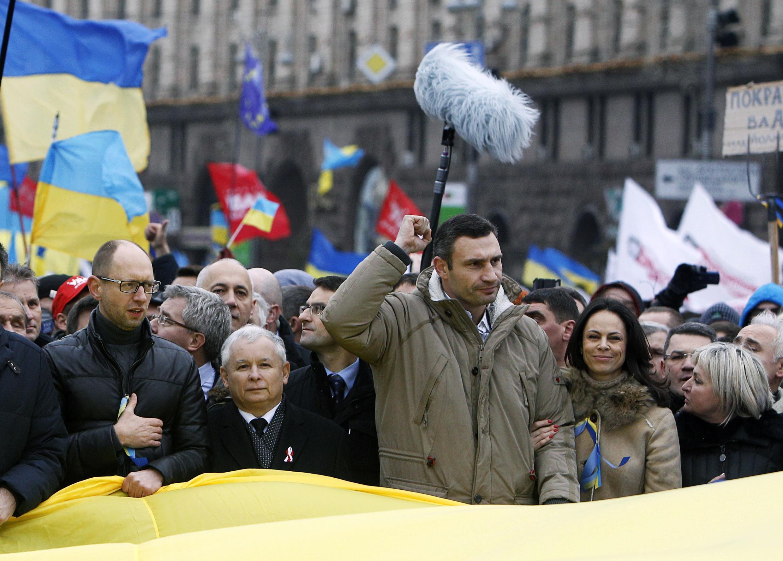 Политики с митингующими. На Майдане (слева направо) Арсений Яценюк, Ярослав Качиньский (польская партия Закон и справедливость), Виталий Кличко с женой