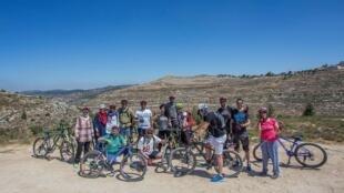 Malgré les nombreux obstacles auxquels sont confrontés ces cyclistes palestiniens amateurs, chaque semaine ils organisent des virées pour s'échapper de la ville et découvrir de nouveaux endroits.