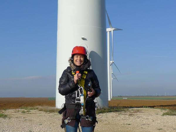 Anne-Cécile Bras prête à grimper en haut de l'éolienne.
