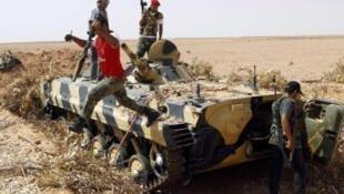 Les rebelles sur la route de Bani Walid, à une trentaine de kilomètres au nord de la ville.