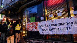 Des employés chargés du nettoyage à l'holiday Inn de Porte de Clichy, en grève, à Paris, le 7 décembre 2017.