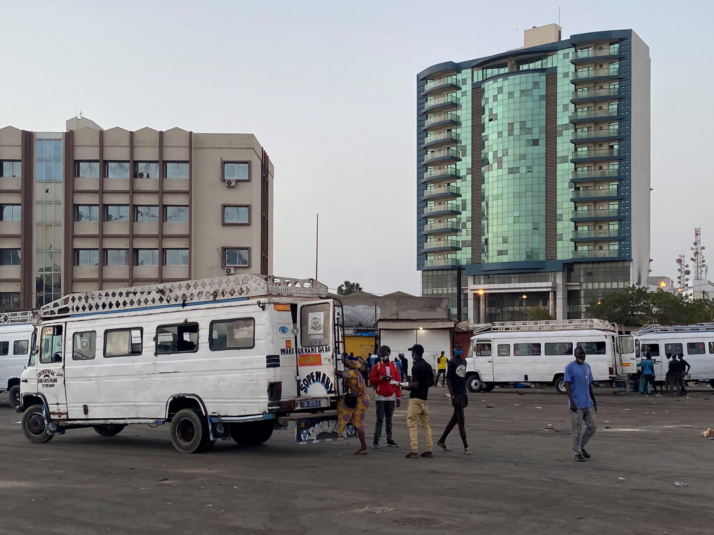 Dans le quartier populaire de la Médina, les derniers cars rapides partent pour la banlieue avant le début du couvre feu.