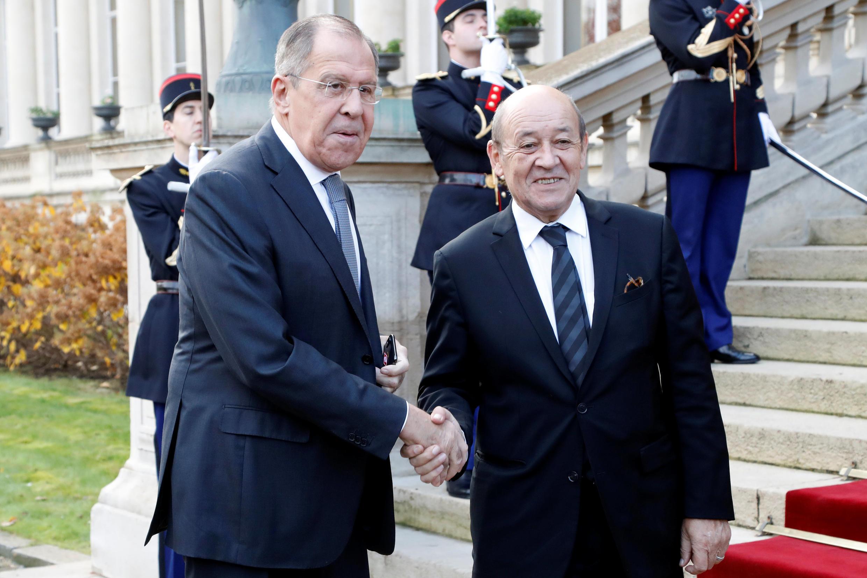 Два министра у главного входа в Quai d'Orsay, главное дипведомство Франции, Париж, 27 ноября 2018.
