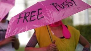 Manifestantes protestaram em favor das garotas do grupo de punk rock Pussy Riot em todo o mundo nesta sexta-feira, como em Viena, na Áustria (foto).