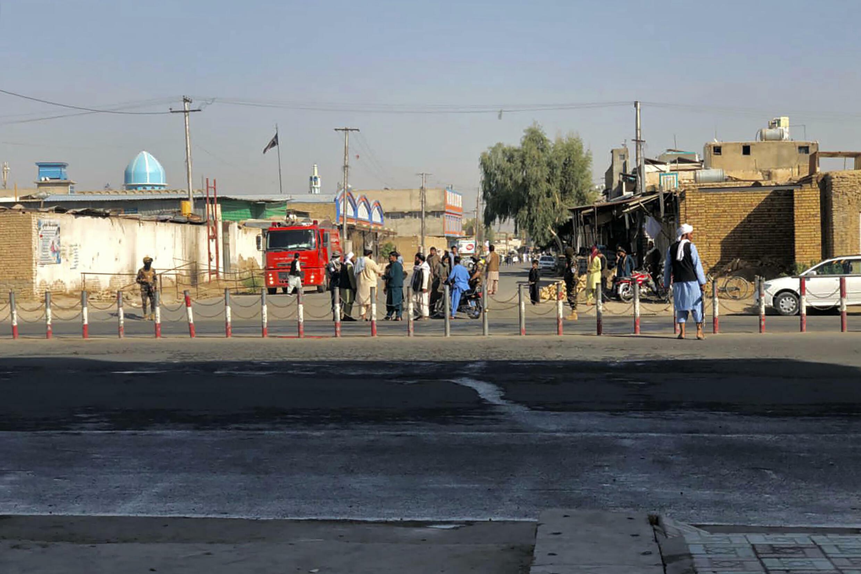 Miembros de los talibanes montan guardia cerca de una mezquita chií de Kandahar tras el atentado que mató al menos a 16 personas, el 15 de octubre de 2021 en esa ciudad al sur de Afganistán