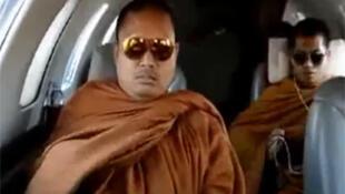 Vụ các nhà sư, trong đó có một nhà sư đi máy bay riêng, đang gây xì căng đan tại Thái Lan (nguồn: Youtube)