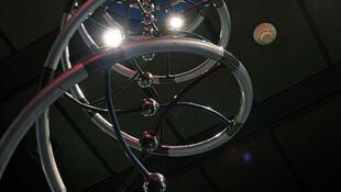 Escultura da estrutura do DNA em exposição no museu de história da ciência natural de Houston