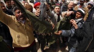 Rebeldes celebran la toma de control de la ciudad de Brega